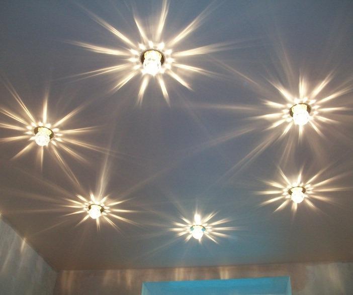 Дизайн лампочек на натяжном потолке в кухне